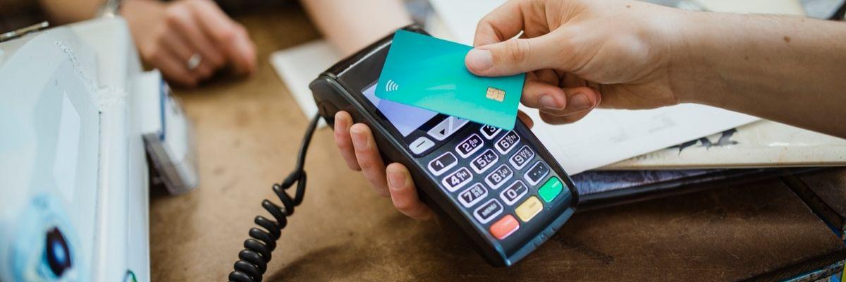 Pagare con le carte di credito ci fa indebitare