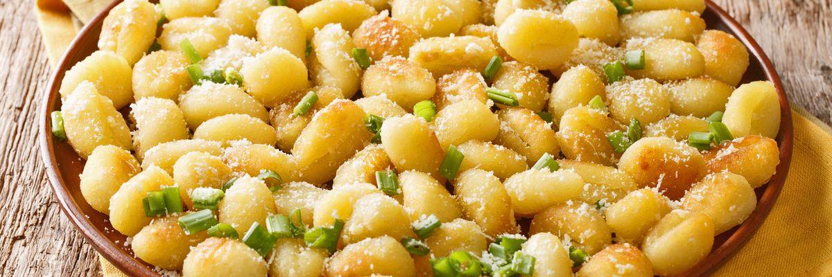 Cuciniamo insieme: Coriandoli di patate alla salsa d'aglio
