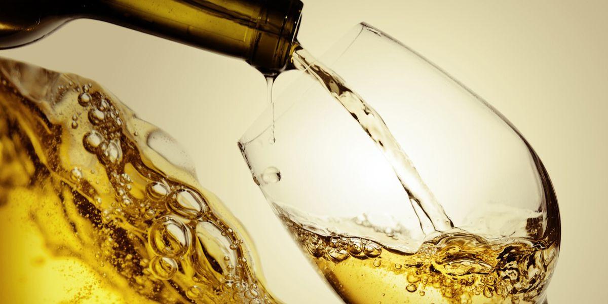 Estate in bianco: guida alla scelta del vino giusto