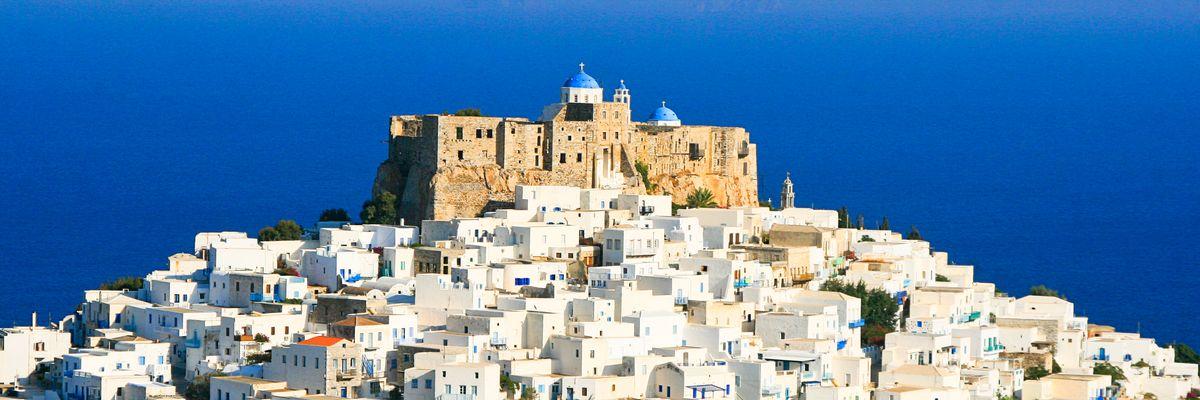 Mulini a vento e 365 chiese con le cupole blu: Astypalea è la farfalla dell'Egeo