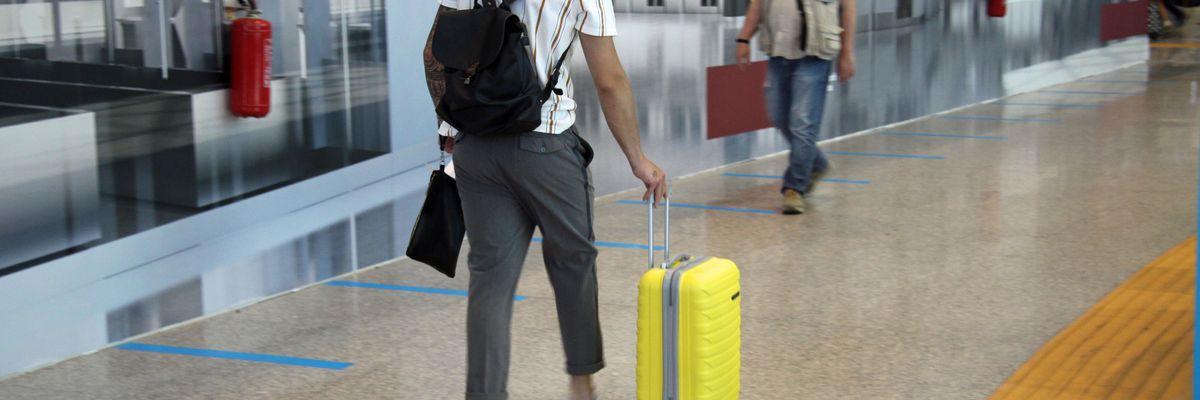 coronavirus aereo regole bagagli trolley