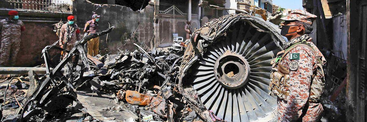 L'incidente aereo di Karachi svela che un terzo dei piloti pakistani ha una licenza falsa