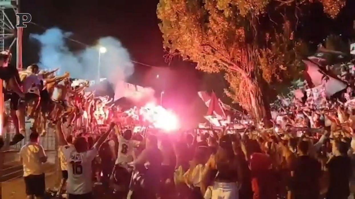 La festa per lo Spezia in Serie A senza mascherine e ...