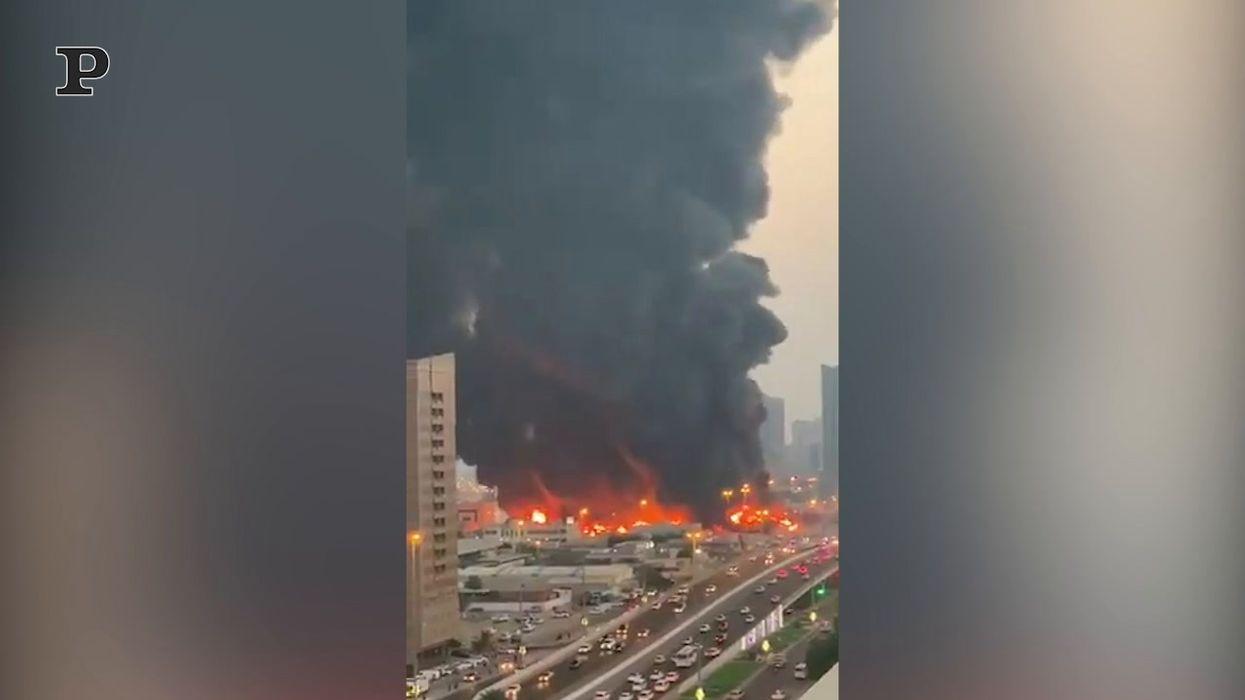 Enorme incendio in California: 500 famiglie evacuate a nord di Los Angeles