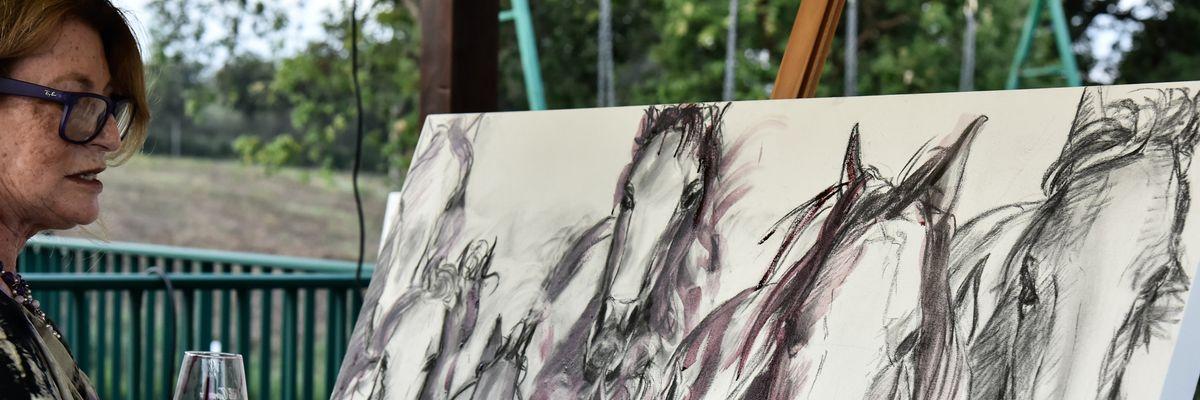 Elisabetta Rogai l'artista che crea con il vino capolavori d'arte