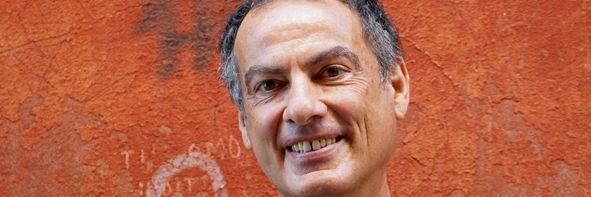 Andrea De Carlo: «Viaggiare con la mente non costa nulla. E ci tiene lontani dal virus»