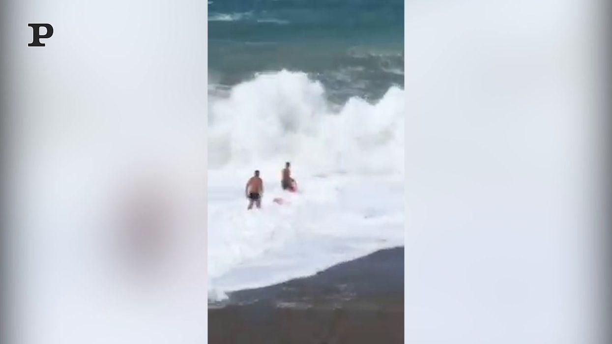 Milazzo, le onde alte più di 7 metri sormontano i soccorritori | video
