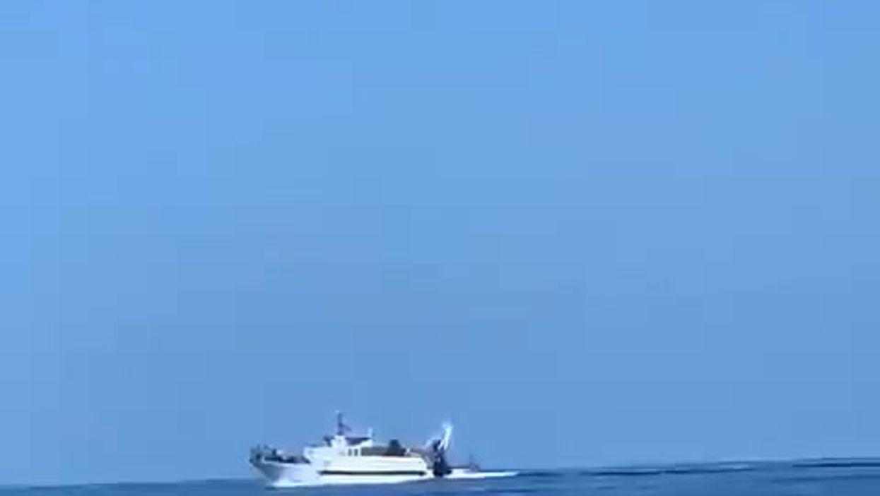 Peschereccio tunisno sperona motovedetta della Guardia di Finanza | video