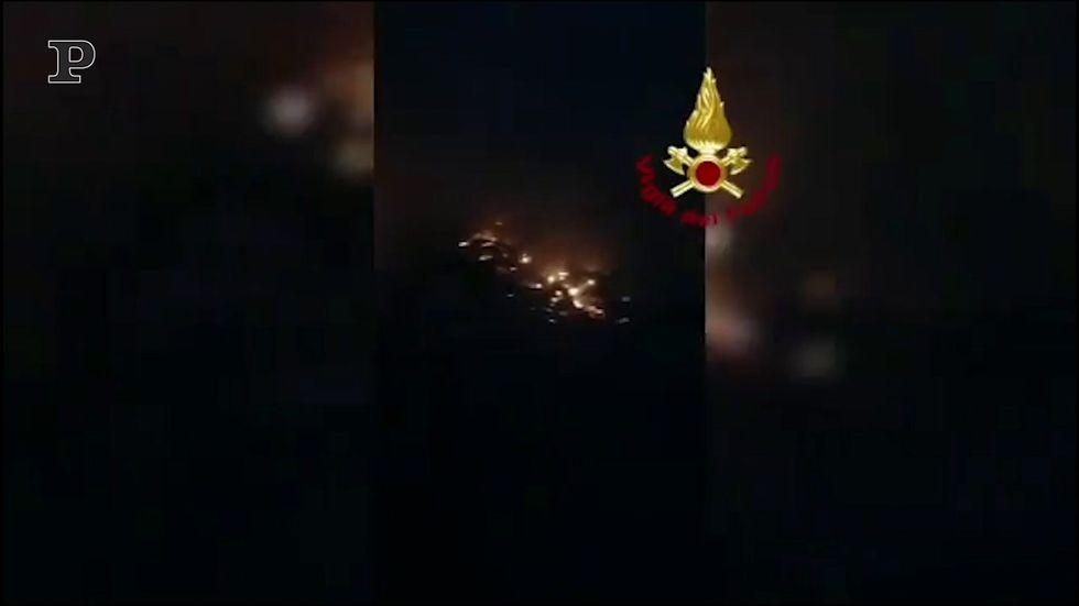 Andria, incendio in un magazzino: crollata parte della struttura | video