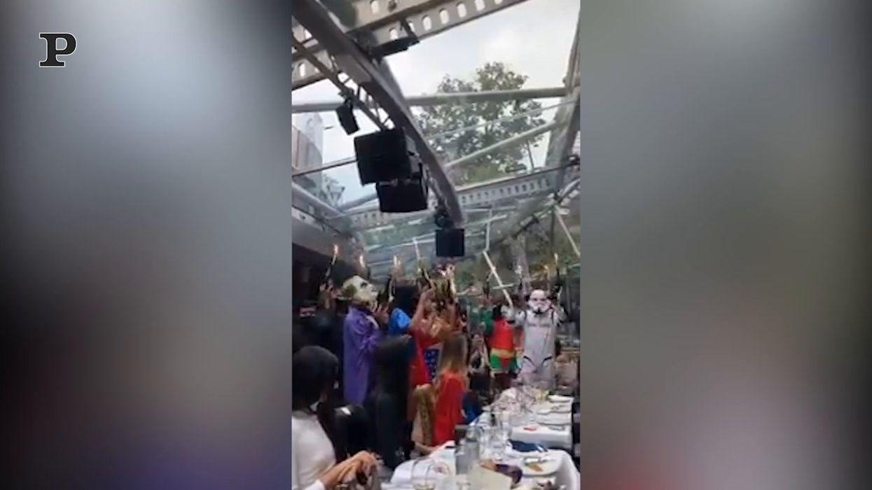 La folle festa in un locale di Milano, malgrado le norme anti Covid | video
