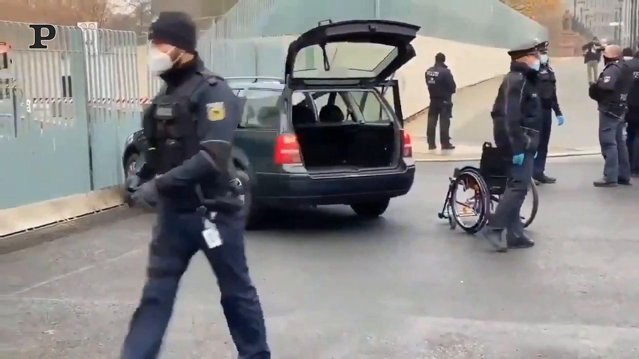 Berlino, auto si schianta contro il cancello dell