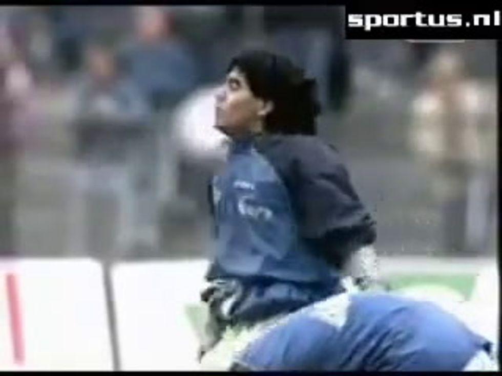 Maradona, palleggi in riscaldamento a tempo di musica | video