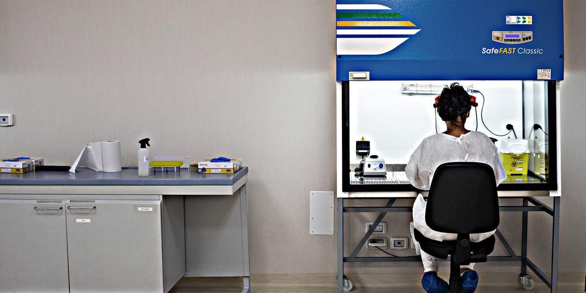 laboratorio covid ricercatore