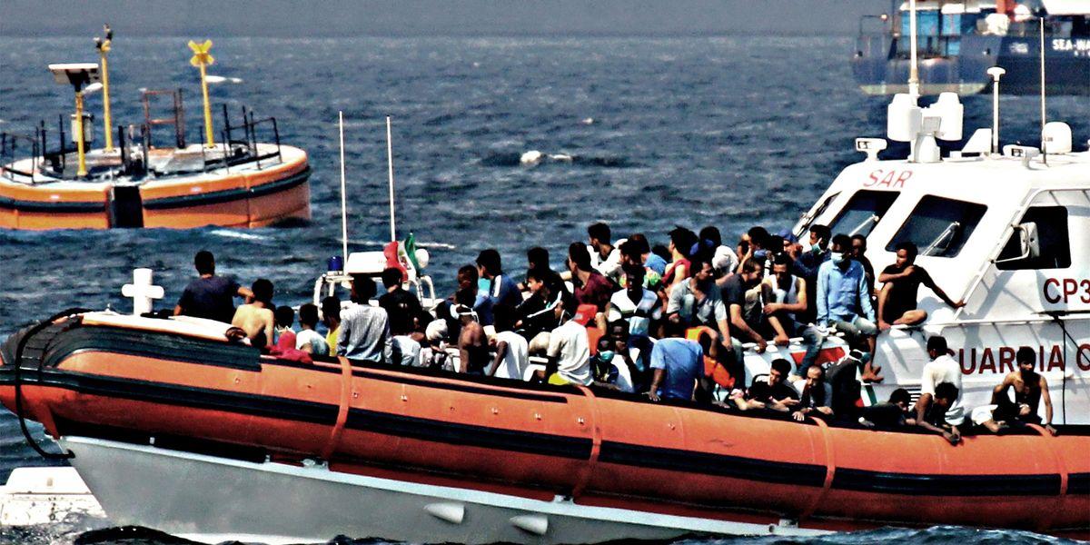 clandestini migranti sicilia barconi sbarchi