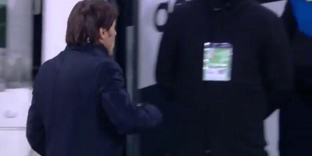 Conte mostra il dito medio alla panchina della Juventus