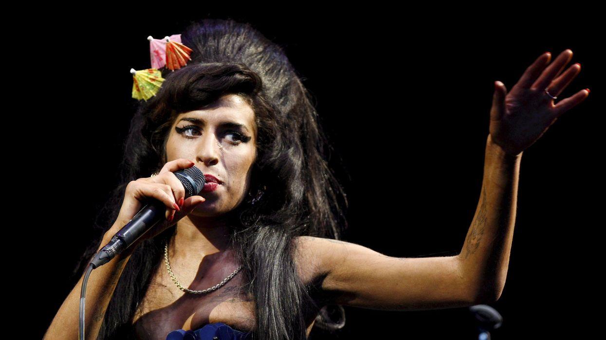Amy Winehouse era schietta, fresca e ossessionata. E ci manca. Ecco la raccolta delle sue esibizioni per ricordarla