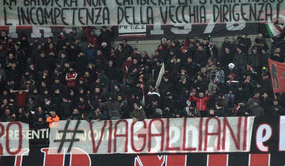 """Gli ultras Milan invitano alla diserzione: """"Silvio, cosa vuoi fare?"""""""