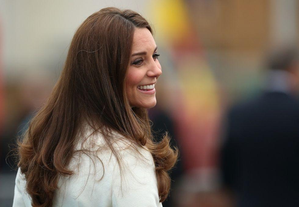 I media britannici cercano il pelo (bianco) nelle perfezione di Kate Middleton