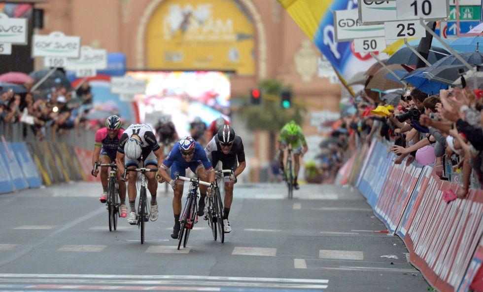 Giro - A Bari vince Bouhanni nella tappa con... il time out