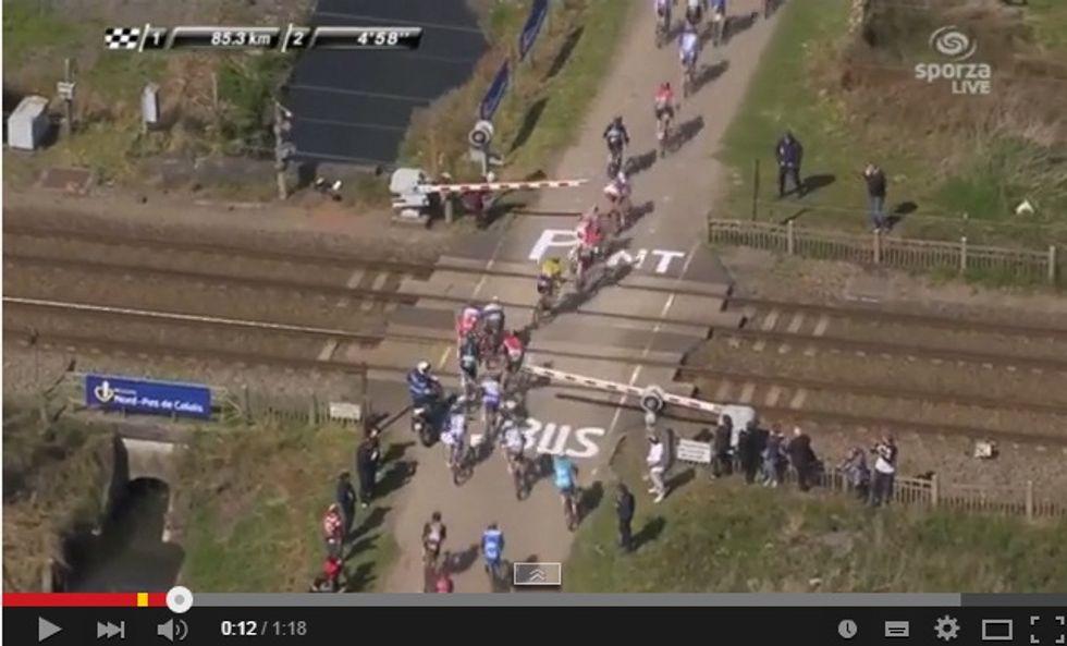 Tragedia sfiorata alla Roubaix: treno sfiora il gruppo