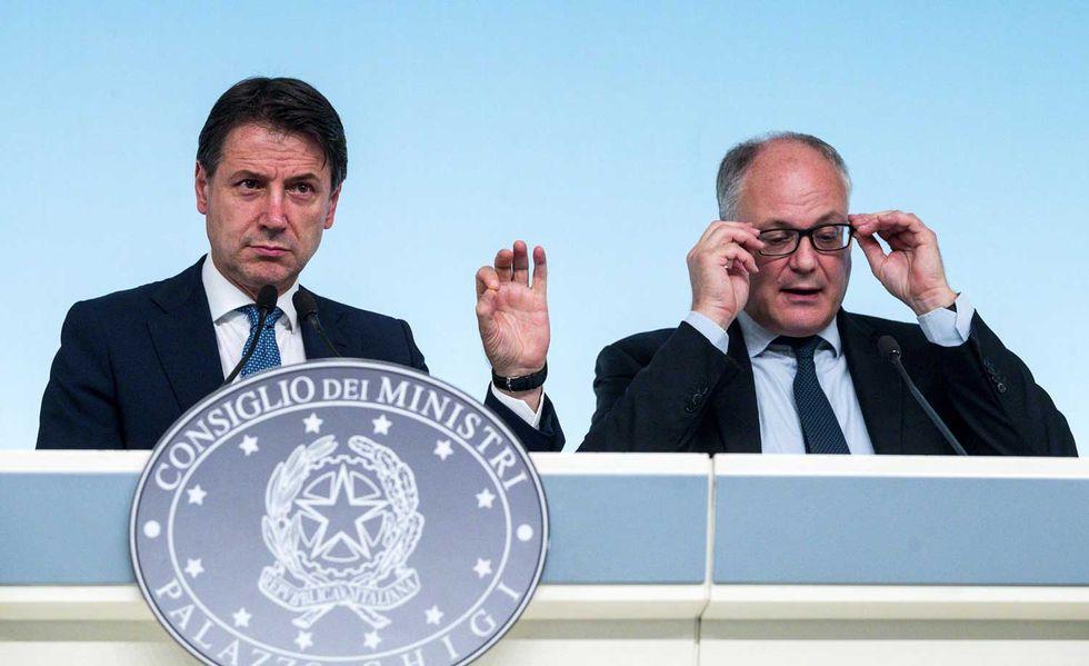 Il premier Conte con il ministro dell'Economia Gualtieri