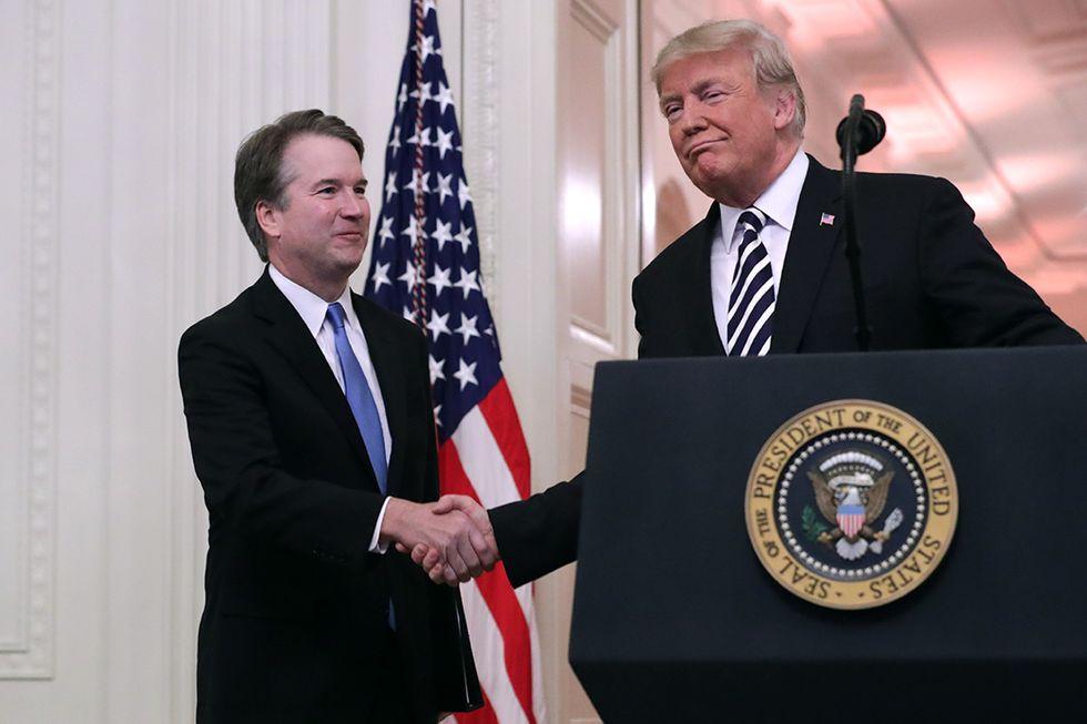 Il Presidente Trump si congratula con il giudice Brett Kavanaugh dopo che ha prestato giuramento