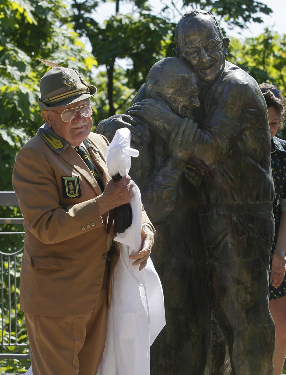 La statua all'amore eterno e altre foto del giorno, 7.5.2013