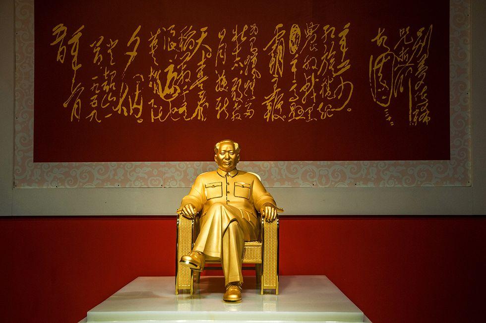 Una statua in oro di Mao Tse-tung e altre foto del giorno, 13.12.2013