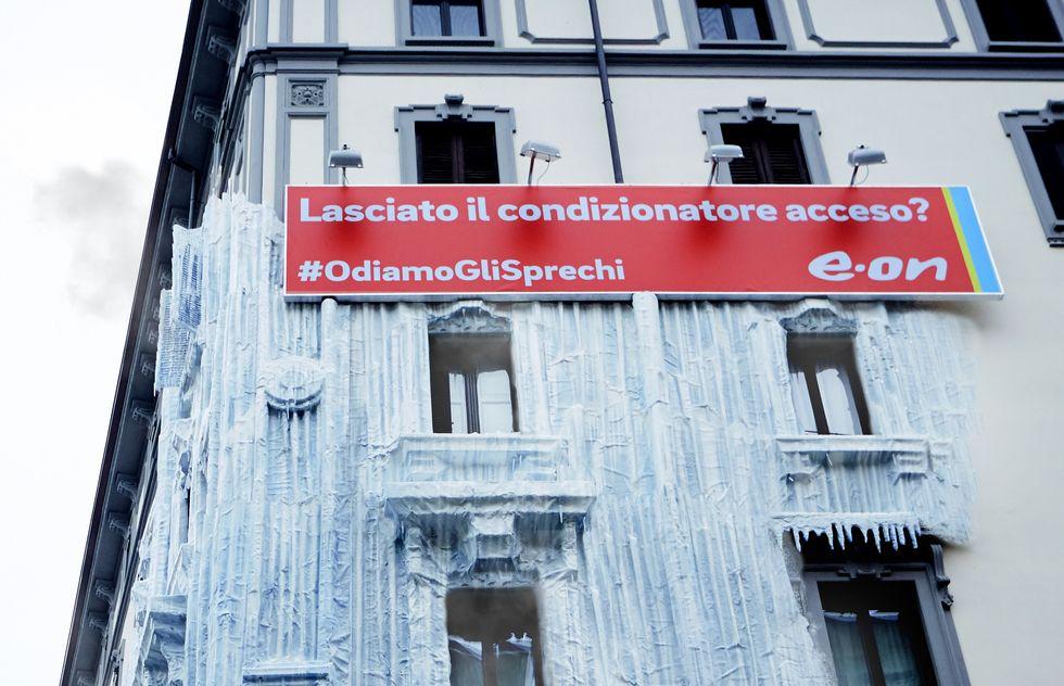 Un condizionatore dimenticato acceso da mesi ghiaccia un palazzo in zona Moscova.