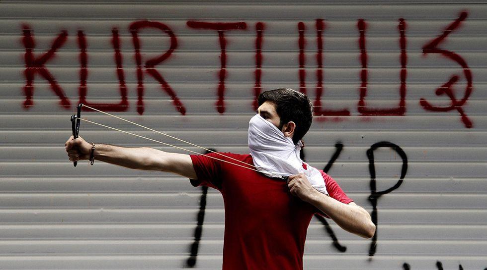 Scontri in piazza a Istanbul e altre foto del giorno, 22.05.2014