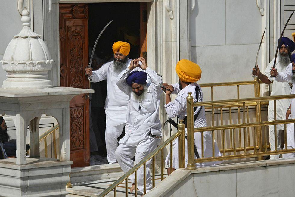 Scontri nel tempio sikh di Amritsar e altre foto del giorno, 06.06.2014