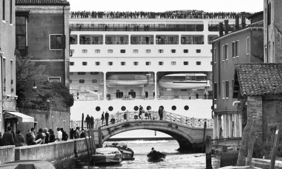 Mostri a Venezia: le grandi navi nelle foto di Berengo Gardin
