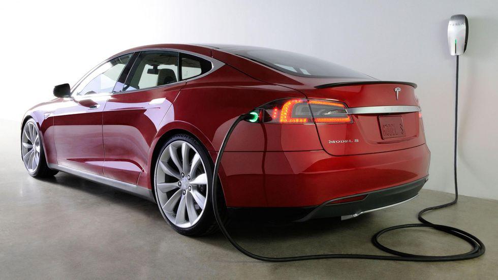 Tesla promette un'auto elettrica per il mercato di massa entro il 2017