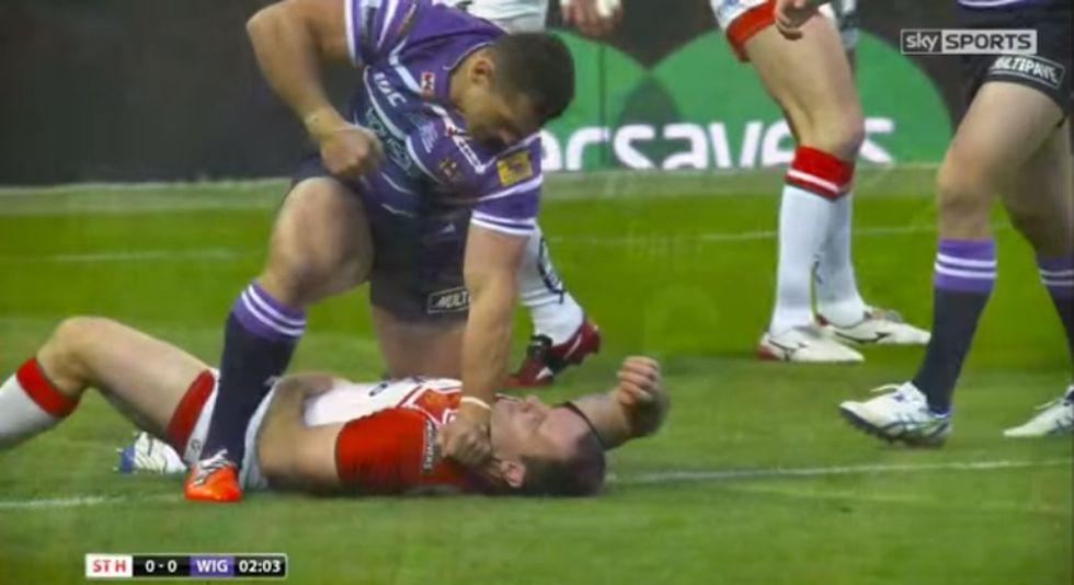 L'opposto del rugby: pugno in faccia all'avversario