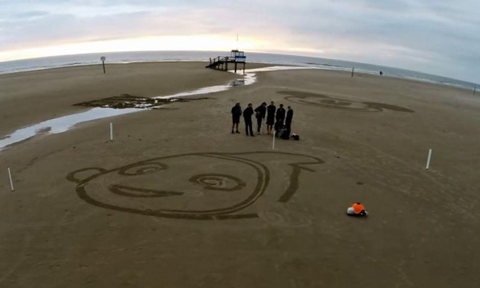 Il robot che disegna Nemo sulla spiaggia