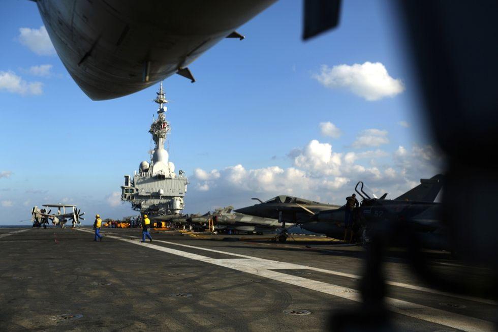 Isis: la Francia schiera la portaerei Charles De Gaulle. Le foto