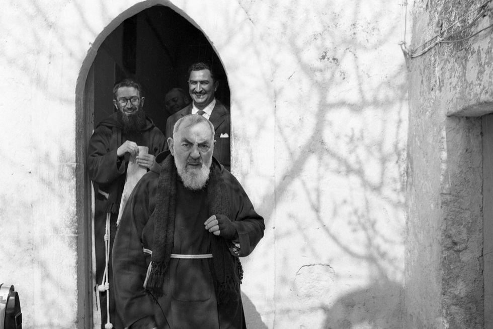 50 anni fa moriva Padre Pio, il frate con le stigmate. Storia e foto