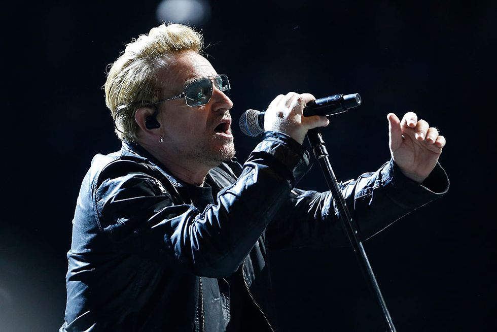 """Bono in concerto: """"Viva la Francia, oggi siamo tutti parigini"""" - Foto e video"""