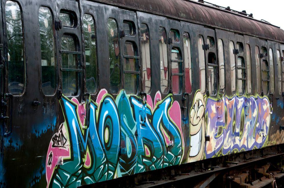 Un treno travolge due writer, morto un ragazzo di 19 anni