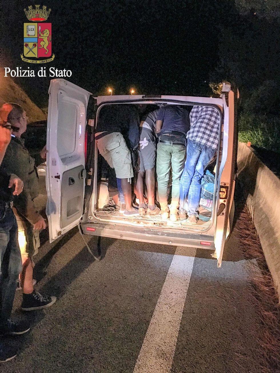 Traffico migranti: sgominata banda che trasportava anche 40 persone in un furgone
