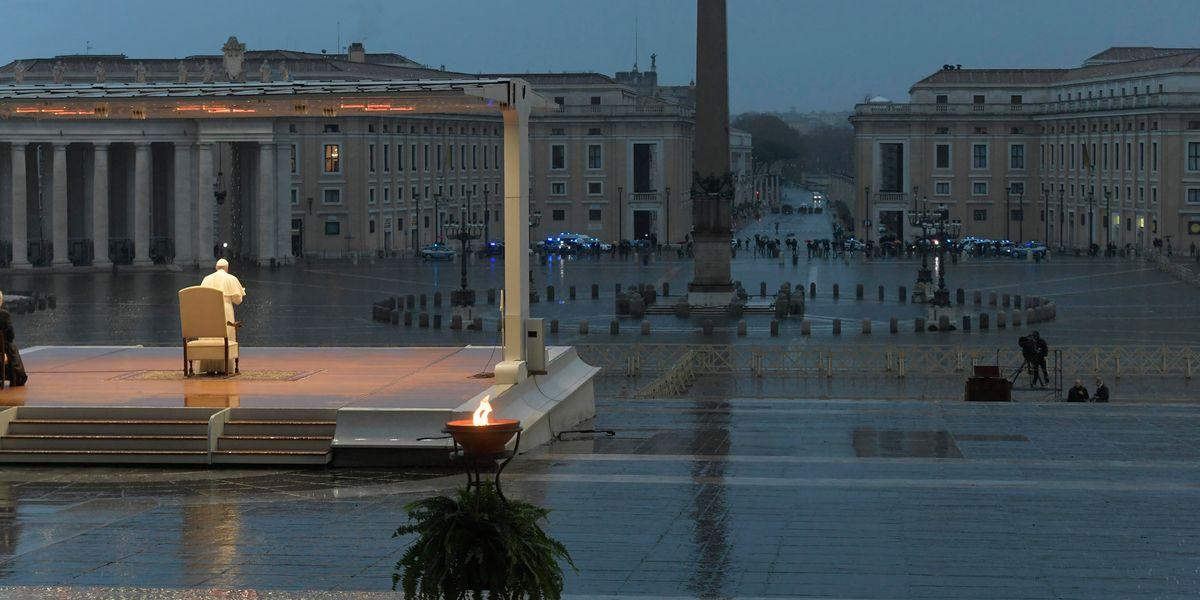 La benedizione «Urbi et Orbi» di Papa Francesco nella Piazza San Pietro vuota