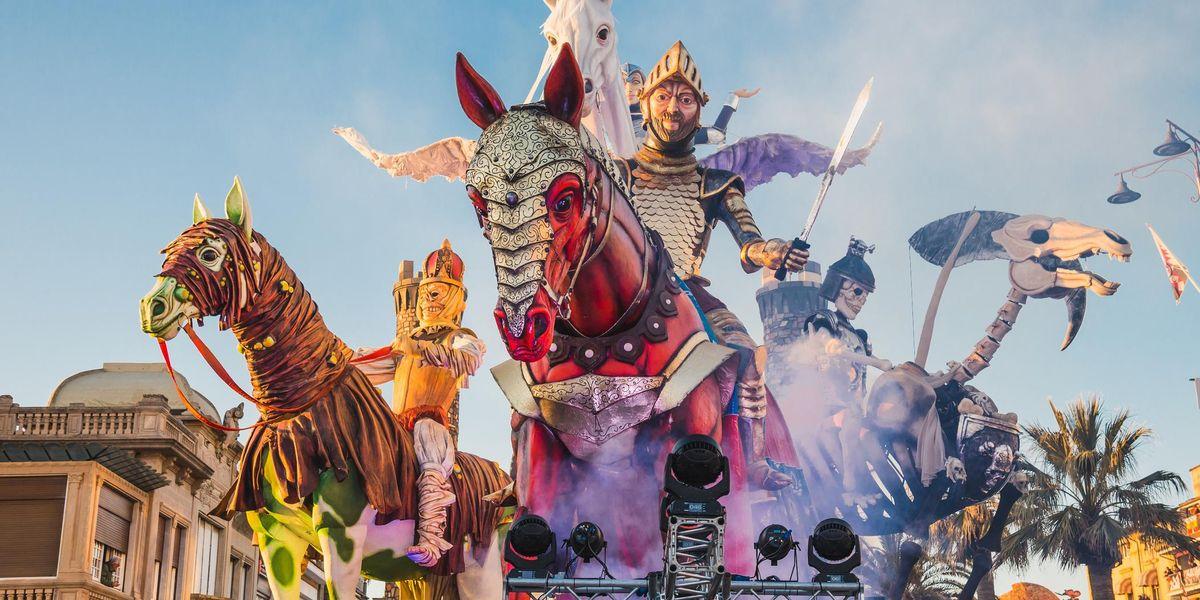 Il primo Carnevale di Viareggio settembrino, sulle note di Raffaella Carrà