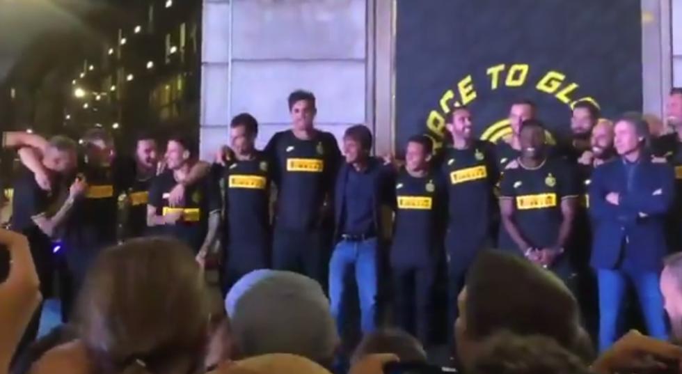"""Conte non salta al coro dei tifosi interisti: """"Chi non salta è juventino"""" I VIDEO"""