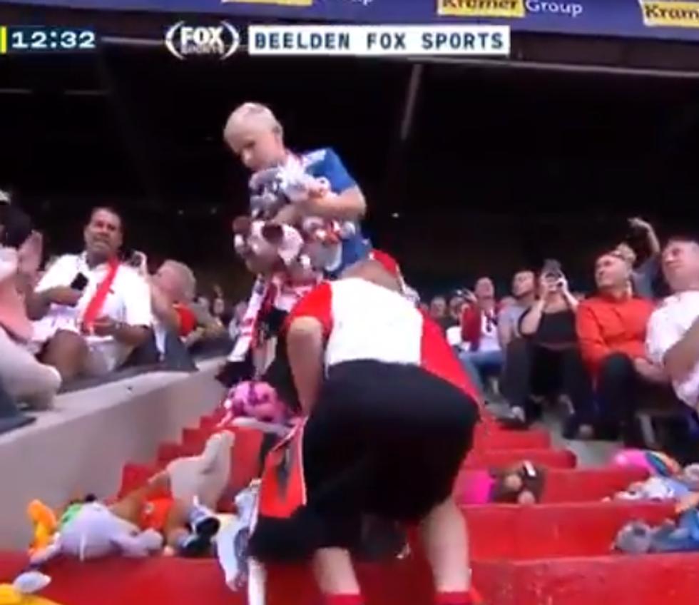 Bambini malati di cancro allo stadio del Feyenoord: piovono peluches I VIDEO