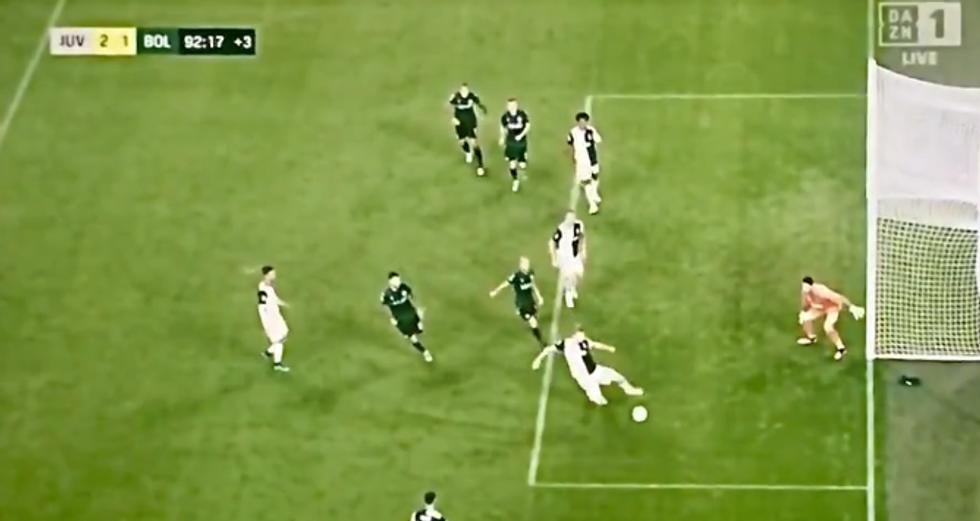 De Ligt, braccio con rischio rigore nel finale di Juventus-Bologna I VIDEO