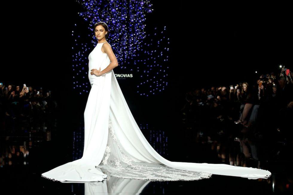 Irina Shayk sfila per Pronovias 2016