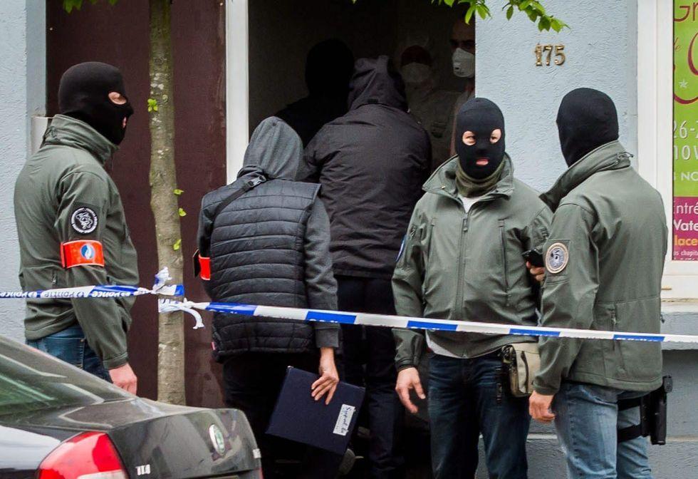isis raid bruxelles polizia terroristi