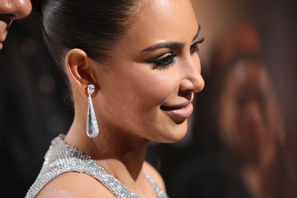 Kim Kardashian senza gioielli alla festa della sorella