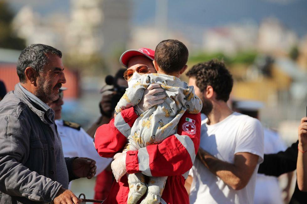 Immigrazione: arrivata a Palermo la nave dei bambini