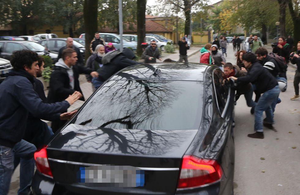 Salvini aggredito dai centri sociali a Bologna